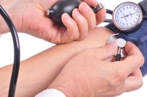 Prise de tension artérielle avec tensiomètre